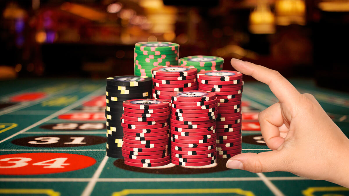 What strategies to follow to win poker games?